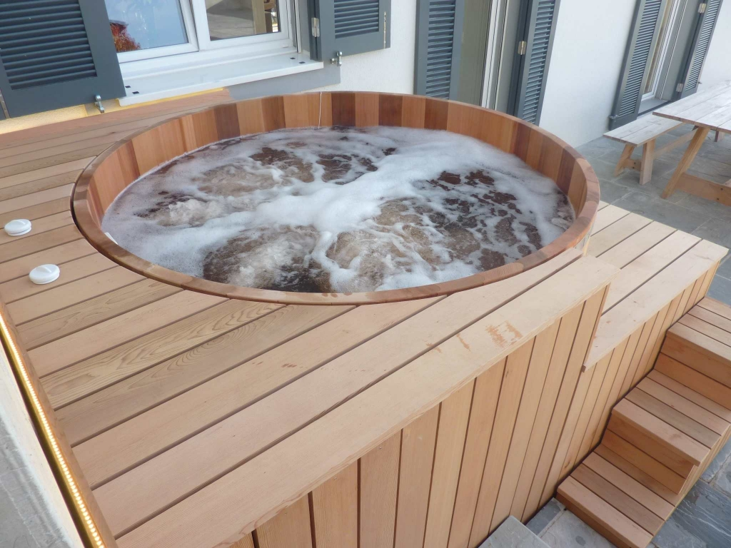 terrasse en bois pour jacuzzi diverses. Black Bedroom Furniture Sets. Home Design Ideas