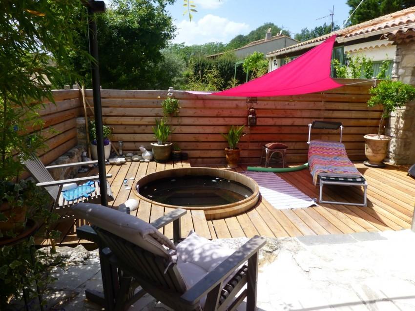 jacuzzi en bois totalement encastré dans une terrasse